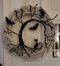 halloween wreaths Are you looking Elegant Halloween wreath; So, why not check out some creepy and yet fascinating Halloween wreath ideas at Gravetics. Spooky Halloween, Halloween Noir, Halloween Projects, Holidays Halloween, Vintage Halloween, Happy Halloween, Halloween Party, Halloween 2020, Adornos Halloween