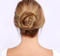 Chignon basso a forma di rosa come raccolto per i capelli lunghi