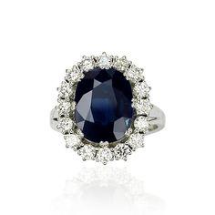 Diese leuchtende #Saphirdoublette mit 7,918 ct wird eingerahmt von 16 #Diamanten mit 1,166 ct. Die Edelsteine sind in Krappen gefasst. Dabei wird die Doublette von 8 Krappen gehalten. Die Ringschiene in 18 kt #Weißgold ist glänzend poliert.  Breite: 19,39 mm Legierung: 18 kt Weißgold Gewicht in Gramm: 9,2 Ringmaß: 54  Gewicht der Edelsteine: Saphirdoublette 7,918 ct, Diamanten 1,166 ct  http://schmuck-boerse.com/ring/27/detail.htm  http://schmuck-boerse.com/index-gold-ringe-2.htm