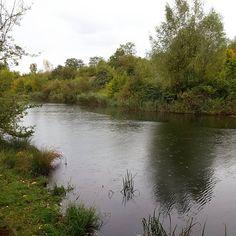 Regentropfen auf dem Wasser, grauer Himmel, kühl wirds. #Herbst #wandern #wanderlust