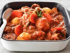 Vetkoek is comfort food at its best. We've filled our vetkoek to the brim with a lightly curried mince. South African Dishes, Braised Brisket, 5 Recipe, Vegetable Stew, Easy Dinner Recipes, Curry, Rhodes, Cooking Recipes, Beef