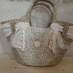 Panier en osier avec dentelles anciennes, modèle unique  fait  main  Eulalie clement