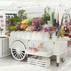 Spring Flowers: Pro Tips for Decorating Your Jewelry Store - JCK Flower Truck, Flower Bar, Flower Boxes, Flower Shop Decor, Flower Shop Design, Casa Magnolia, Flower Shop Interiors, Flower Stands, Flower Market