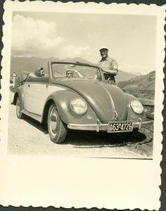 Tolles,altes,sehr scharfes, Hochglanzfoto/AgfaLupex , Maße ca 8x6,5cm ,nach meiner Meinung von einem sehr frühen KARMANN-VW-CABRIOLET( 2-farbig) aus dem Jahr um 1952 hier mit lustigen Personen und alter Zulassung AB- in Bayern. Tolles Foto in einem gutem Zustand,vorne sauber und hinten nur kleine Albumpappe-Klebereste,kein Knick