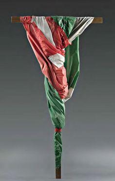 """Alessandro Gamba, """"Come... in croce!"""", installazione: legno e bandiera, cm 180x100, dal catalogo della mostra """"Novanta artisti per una bandiera"""", ©2013 corsiero editore"""