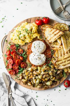 This elegant, easy-to-make breakfast board is ideal for weekend brunch - sprea. This elegant, easy-to-make breakfast board is ideal for weekend brunch - unfold it out and create your personal journey! Breakfast And Brunch, Easy To Make Breakfast, Breakfast Platter, Breakfast Recipes, Sunday Brunch, Brunch Menu, Vegetarian Breakfast, Breakfast Appetizers, Brunch Cafe