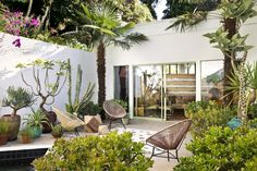 From the bedroom to the backyard, Dering Hall interior designers reveal how to spruce up just about every space in your home just in time for summer. Steal their practical summer decorating pointers for a more stylish, comfortable home. Outdoor Rooms, Outdoor Gardens, Outdoor Living, Outdoor Decor, Patio Interior, Hall Interior, Streamline Moderne, Hall Design, Los Angeles Homes