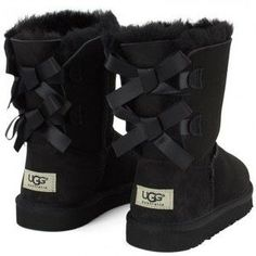 Uggs are not only the most loved but also the most controversial boots on the market. Black Boots Outfit, Ugg Boots Outfit, Girls Ugg Boots, Ugg Style Boots, Winter Boots Outfits, Ugg Winter Boots, Bow Boots, Outfit Jeans, Outfit Winter