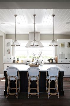 When I think about Newport Beach I think about one thing. The kind of beachy style that doesn't feel forced or overly edited. And when we spotted Erin Graber's Newport Beach, we knew we had hit the nail Black Kitchens, Home Kitchens, Coastal Kitchens, Newport Beach, Newport Harbor, Kitchen Design, Kitchen Decor, Dining Decor, Diy Kitchen