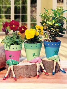 Vasinhos de cerâmica com perninhas de biscuit, muito fofos!!!