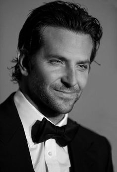 Bradley cooper, he was amazing in American Sniper Bradley Cooper, Gorgeous Men, Beautiful People, Sublime Creature, Famous Pictures, Hommes Sexy, A Star Is Born, Famous Faces, Movie Stars
