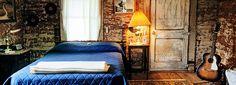 Habitación de hotel clásica del blues en Shack Up Inn en Clarksdale, Mississippi