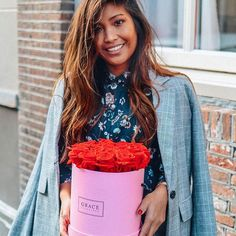 Love this flowerbox full with beautiful red roses 🌹. These freshly picked roses bloom up to three years. They even don't need water or other care products to bloom✨ Perfect ❤️  #roses #flowerbox #graceflowerbox #greysuit #floraltop #