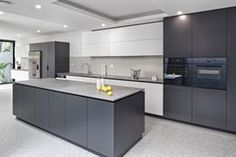 Rugged Concrete in all its stunning glory in this streamlined kitchen by Cabinetry: Kastell Kitchens Appliances: Stonemason: Michael Marble Photography: Andrew Vincent Kitchen Cabinetry, Kitchen Dining, Kitchen Decor, Kitchen Appliances, Modern Kitchen Design, Interior Design Kitchen, Kitchen Ideas 2018, Casas Country, Deco Design