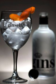Momentos GInself !!! Gin Brands, Gin Lovers, Beverages, Drinks, Gin And Tonic, Portuguese, Happy Hour, Vodka Bottle, Wine Glass