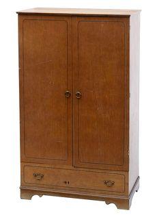 velho armário de cedro escuro