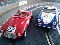 Otras dos joyas Ninco de mi colección compitiendo en la parte alta de mi cirtcuito: el Ferrari 166 MM Barchetta Touring de Le Mans 1949 vs el Porsche 356 Super 1600 de la Carrera Panamericana de 1953. En ambos podemos ver algunas de las modificaciones realizadas por mi. El el Ferrari el faro supletorio delantero y el trasero sobre el capot, así como el parabrisas abatible, totalmente hecho a mano; en el Porsche la pintura de la tapicería en color hueso, tan característica de la època.