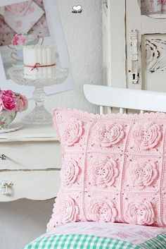 pink crochet flower cushion – inspiration from bleu et rose – Knitting and crocheting Love Crochet, Crochet Motif, Beautiful Crochet, Crochet Flowers, Crochet Patterns, Crochet Ideas, Knitting Patterns, Crochet Home Decor, Crochet Crafts