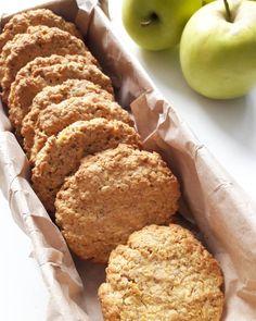 Mint az egészségtudatos táplálkozás híve, rajongok a zabpehelyért, pláne ha még találkozik az almával is. Ebben a kekszben is csodás párost alkotnak, a végeredmény pedig itt is inkább puha, omlós mint a banános-csokis zabkeksz esetében.Az alaptésztát tovább dúsíthatjuk aszalt gyümölcsökkel,… Healthy Cookies, Healthy Sweets, Cookie Recipes, Dessert Recipes, Paleo, Food Cakes, Sweet Cakes, Winter Food, Food To Make