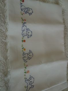 Twisted Chain Stitch In Hand Embroidery (Step By Step & Video Diy Embroidery Designs, Applique Designs, Quilting Designs, Embroidery Patterns, French Knot Embroidery, Baby Embroidery, Cross Stitch Embroidery, Baby Sheets, Baby Sewing