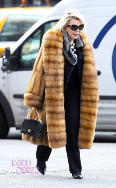Joan Rivers dons massive fur outerwear while strolling through NYC! Colorful Fur Coat, Sable Fur Coat, Classy Women, Classy Lady, Mens Fur, Fabulous Furs, Advanced Style, Joan Rivers, Black Trousers