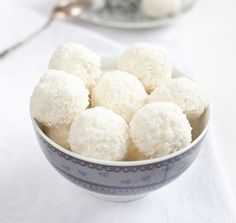 White Chocolate and Coconut Truffles Raspberry Coconut Bars Recipe, Coconut Truffles, Cake Truffles, Coconut Dessert, Coconut Balls, Chocolate Truffles, Cupcakes, Candy Recipes, Sweet Recipes