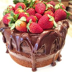 Naked Cake com muitooooooo chocolate e muuuuuuuiiiiitooooooo morango ❤️