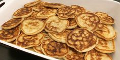 Blinis pandekager Appetizer Recipes, Snack Recipes, Appetizers, Tapas, Mini Burgers, Frisk, Ceviche, Crunches, Party Snacks