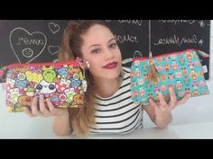 Necessaire Triangular - Aula Especial (10K) - YouTube Sewing Hacks, Sewing Tutorials, Sewing Patterns, Handmade Leather Wallet, Handmade Bags, Sewing Projects For Kids, Sewing For Kids, Sewing Toys, Sewing Crafts