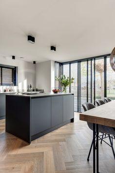 Lifs interieuradvies & styling www.nl – Home Decor İdeas Modern Rustic Kitchen Design, Farmhouse Kitchen Decor, Kitchen Interior, Home Interior Design, Black Kitchens, Home Kitchens, Modern Kitchen Island, Kitchen On A Budget, Cuisines Design