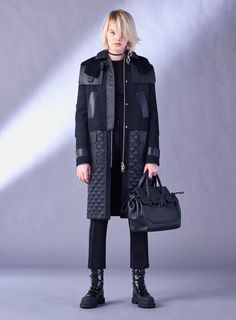 Versace Pre-Fall 2017 Fashion Show Collection: See the complete Versace Pre-Fall 2017 collection. Look 4 Fashion Week, Fashion 2017, Trendy Fashion, Winter Fashion, Fashion Show, Womens Fashion, Fashion Trends, London Fashion, Elisa Cavaletti