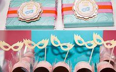 Máscaras, plumas, confetes e muitas cores dão o tom da festa de quem nasce no mês da folia