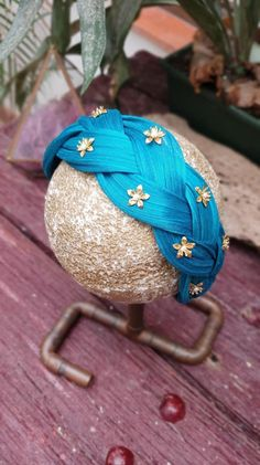 Braided sinamay headband made by hand and decorated with bronze toned stars. Contact us to customise yours! Handmade Headbands, Diy Headband, Turban Headbands, Pearl Headband, Floral Headbands, Handmade Crafts, Handmade Rugs, Girls Dollhouse, Fascinator Hats