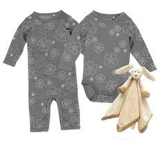 Fixa stilen  Spana in dessa fina plagg från Papfar, som är gjorda i merinoull – vilket gör att den andas bra och reglerar kroppstemperaturen. Perfekt för kalla dagar alltså! Tillsammans med en mysig snuttefilt är outfiten fulländad för en riktigt mysig dag inomhus ✨ #jollyroom #fixastilen #body #jumpsuit #barnkläder #papfar #barnmode  Papfar Baby Jumpsuit Antrazit 1535379-A-AW15 Papfar Body Cookie Antrazit 1535377-A-AW15 Diinglisar Snuttefilt Kanin 105875