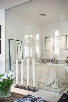 cloison en verre, bel intérieur blanc avec jolie décoration