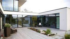 OMGITT AV LYS: Eneboligen på Hinna får lys og luft inn fra alle kanter. Vintergrønn beplantning er nedfelt mellom terrassebordene. Beplantningen i atriet er opplyst om kvelden, noe som både reduserer innsyn og bringer naturen inn i interiøret.