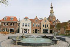 Zierikzee war seit dem frühen Mittelalter eine reiche Handelsstadt.Heutzutage zieht die kleine Gemeinde viele Tagesbesucher an, die an der glorreichen Vergangenheit und den weit über 500 historischen Bauwerken interessiert sind, darunter das Rathaus, mehrere Mühlen und der Hafen. Zierikzee liegt im Südosten der Insel Schouwen-Duiveland und gehört zur Provinz Zeeland.