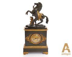 """Часы каминные """"Кони Марли"""", украшенные бронзовой с позолотой фигурой юноши, укрощающего коня."""