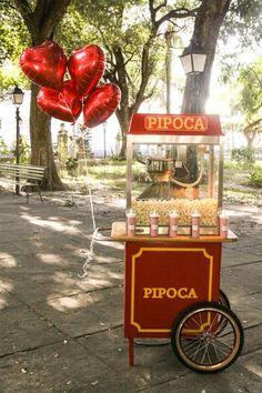 Carrinho Retrô com pipoca tradicional e 3 opções de cobertura + 200 caixinhas personalizadas (pipoqueiro uniformizado durante 4h de evento) por R$499