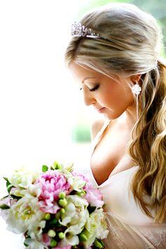 Estou noiva, casamento marcado em maio do ano que vem, andei procurando inspirações para o meu bouquet.  No início queria vermelho, agora já...