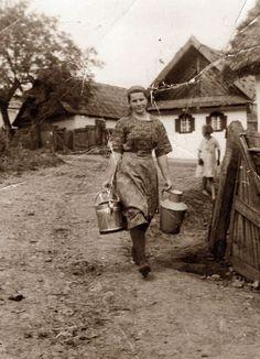 Vintage Pictures, Old Pictures, Old Photos, Farm Photo, Austro Hungarian, Folk Dance, Survival Life, Vintage Photographs, Historical Photos