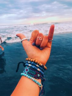Then, there were the e-girls with their chains and tiny sunglasses. Now, we're seeing a rise in VSCO girls, aptly named for the popular . Summer Bracelets, Cute Bracelets, Beaded Bracelets, Summer Jewelry, Necklaces, Fotos Strand, Bijoux Fil Aluminium, Vsco Pictures, Accesorios Casual