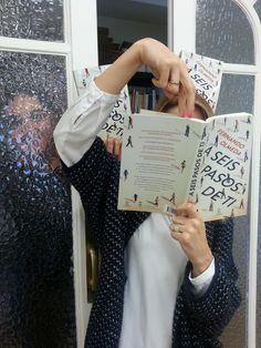 Te escondes tras el libro, pero te conozco, linda.