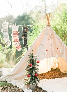 Red & Green Teepee Christmas Family Photos – Inspired By This - Rustikale Weihnachten Xmas Photos, Family Christmas Pictures, Christmas Tree Farm, Christmas Minis, Christmas Photo Cards, Holiday Pictures, Outdoor Christmas, Vintage Christmas, Christmas Photo Shoot