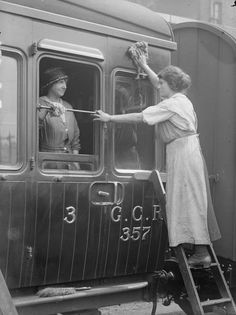 Chat with rail passengers while you work. Antique Photos, Vintage Photographs, Vintage Photos, Working People, Working Woman, Old Pictures, Old Photos, Old London, Day Work