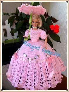 vestido dress crochet sombrinha paragua umbrella muñeca barbie doll rachelcrochet wordpress com raquelgaucha Crochet Barbie Patterns, Crochet Doll Dress, Crochet Barbie Clothes, Doll Patterns, Crochet Eyes, Hand Crochet, Habit Barbie, Barbie Dress, Diy Doll