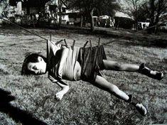 Un niño colgado de una cuerda para la ropa - <p>A veces la diversión se rozaba con la tortura</p>