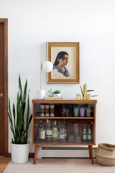 Retro Mid-Century bar inspiration in this A-Frame home. Take the full tour on the west lm blog!