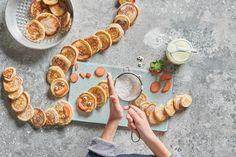 Pancake-Raupe - Rezepte | little FOOBY Paella, Kids Meals, Ethnic Recipes, Halloween, Food, Kid Cooking, Kid Recipes, Yogurt Cups, Caterpillar