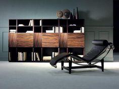 Estantería simétrica en madera vetada y negro Outdoor Furniture, Outdoor Decor, Eames, Sun Lounger, Chair, Home Decor, House Decorations, Wood, Offices
